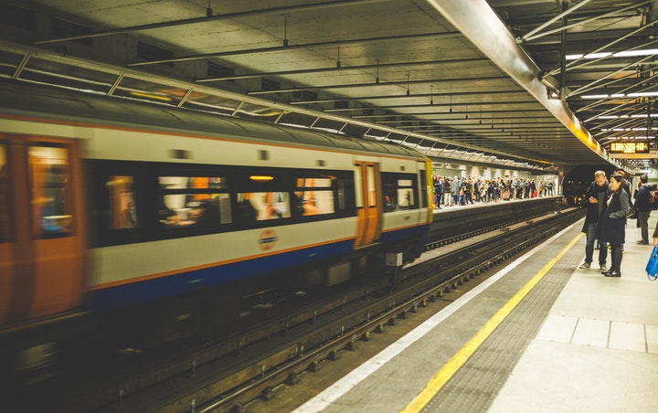 Overground tranline tube carriage pulling into station on London Underground. Click the image or read on to discover how Andy Thomas of AECOM sees the digital transformation happening in architceture and engineering and how YellowDog's render platform enables super fast cloud rendering.